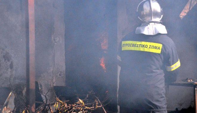 ΑΡΓΟΣ-Πυρκαγιά  ξέσπασε σε σπίτι στις 4μμ στην επαρχιακή οδό Νέας Κίου- Άργους όπου έμεναν ηλικιωμένοι.Η φωτιά από άγνωστα μέχρι στιγμής αιτία επεκτάθηκε στον χώρο καίγοντας οικιακό εξοπλισμό και έπιπλα,το σπίτι υπέστη μεγάλες  ζημιές και δεν υπάρχουν τραυματίες.Στο σημείο κλήθηκε η πυροσβεστική Άργους που έσπευσε με τέσσερα οχήματα και 6 άνδρες.(Eurokinissi-ΠΑΠΑΔΟΠΟΥΛΟΣ ΒΑΣΙΛΗΣ)