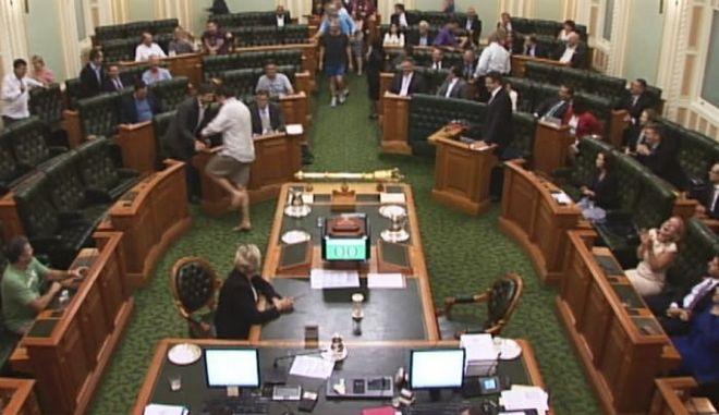 Απίστευτο βίντεο: Βουλευτές εμφανίζονται στη Βουλή ξυπόλυτοι