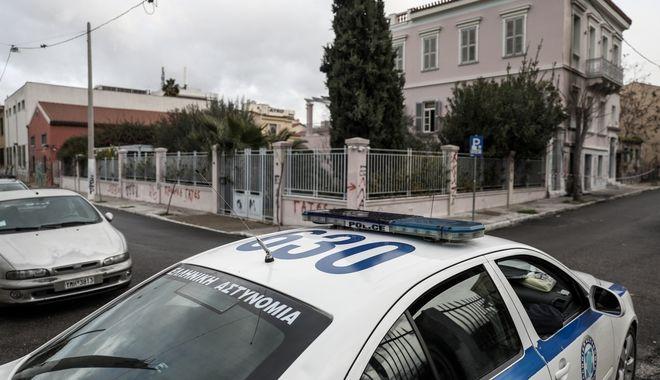 Τοποθέτηση εμπρηστικού μηχανισμού με γκαζάκια και βενζίνη προχώρησαν άγνωστοι λίγο πριν τα μεσάνυχτα της Τρίτης 7 Ιανουαρίου 2020, στο Ιδρυμα Μητσοτάκη στο κέντρο της Αθήνας