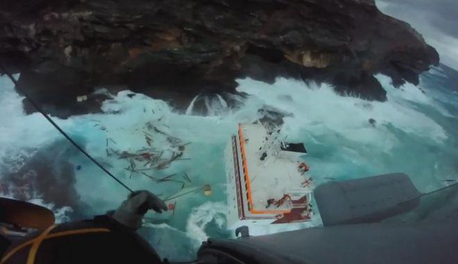 Βίντεο: Καρέ καρέ η δραματική διάσωση των ναυτικών στην Άνδρο