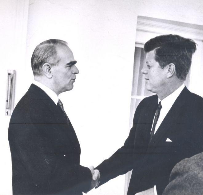 Ο Κωνσταντίνος Καραμανλής με τον πρόεδρο των ΗΠΑ Τζον Φ. Κένεντι στο Λευκό Οίκο, τον Απρίλιο του 1961