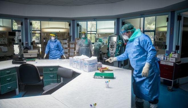 """Στιγμιότυπα από την Μονάδα εντατικής θεραπείας στο νοσοκομείο """"ΣΩΤΗΡΙΑ""""."""