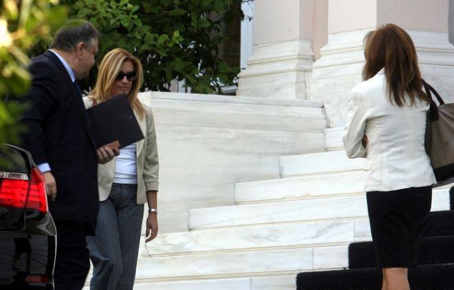 Νέα σύσκεψη του πρωθυπουργού Αντ. Σαμαρά με τους κυβερνητικούς εταίρους, τον πρόεδρο του ΠΑΣΟΚ Ευαγ. Βενιζέλο, τον πρόεδρο της ΔΗΜΑΡ Φώτη Κουβέλη και τον υπουργό ΟΙκονομικών Γιάννη Στουρνάρα για την οριστικοποίηση του νέου πακέτου οικονομικών μέτρων. Στο στιγμιότυπο ο πρόεδρος του ΠΑΣΟΚ Ευαγ. Βενιζέλος μαζί με την Φώφη Γεννηματά και με συνεργάτιδά τους εισέρχονται στο Μέγαρο Μαξίμου για τη σύσκεψη. (EUROKINISSI/ΤΑΤΙΑΝΑ ΜΠΟΛΑΡΗ)
