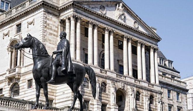 Τράπεζα Αγγλίας: Αμετάβλητα επιτόκια μετά το σοκ του Brexit