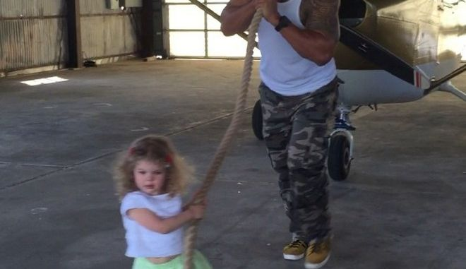 Κοριτσάκι νομίζει ότι μετακινεί αεροπλάνο, χάρη στον Rock!