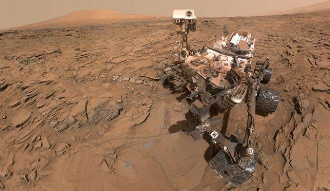 Το ρόβερ Curiosity στην επιφάνεια του κόκκινου πλανήτη
