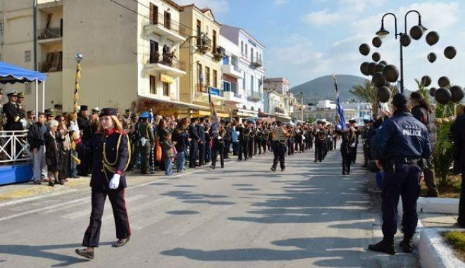 Εορτασμός ένωσης Σάμου - Ελλάδας: Συνθήματα και μαύρα μπαλόνια στην παρέλαση