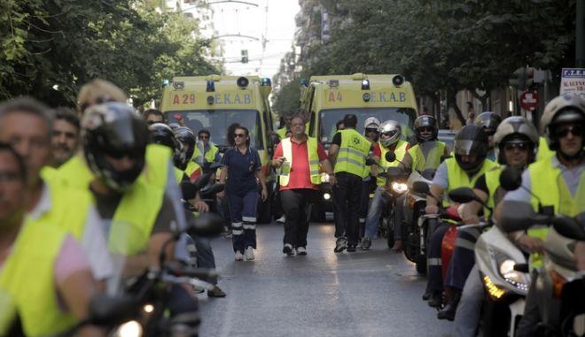 Μηχανοκίνητη πορεία προς το υπουργείο Υγείας και τη Βουλή πραγματτοποίησαν την Τρίτη 16 Οκτωβρίου 2012 οι διασώστες του ΕΚΑΒ. (EUROKINISSI/ΚΩΣΤΑΣ ΚΑΤΩΜΕΡΗΣ)