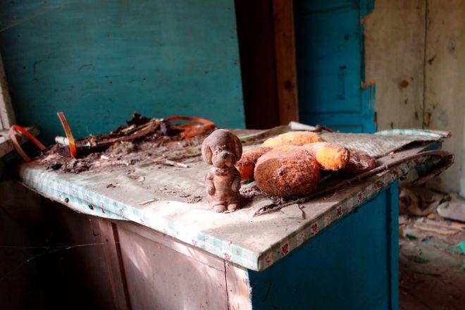 Κάποια πράγματα που έχουν μείνει σε σπίτι που εκκενώθηκε μετά το ατύχημα του Τσερνόμπιλ , φωτο 2017