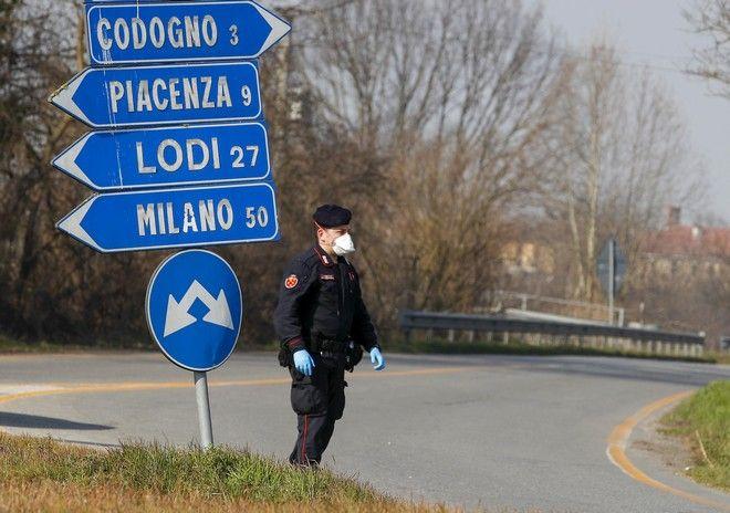 Αξιωματικός της Carabinieri ελέγχει τη διέλευση από ή προς την περιοχή του Codogno, περίπου 50 χιλιόμετρα νοτιοανατολικά του Μιλάνου