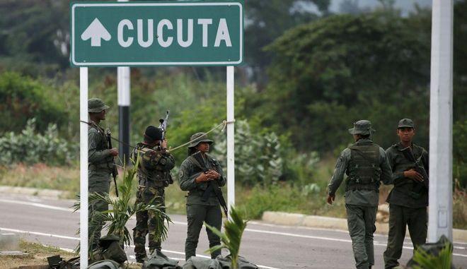 Στρατιώτες της Βενεζουέλας στη γέφυρα Τιεντίτας που την ενώνει με την Κολομβία