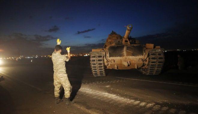 Τουρκικές στρατιωτικές δυνάμεις στα σύνορα με τη Συρία