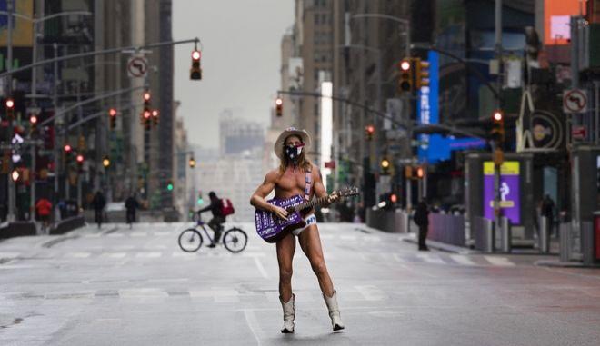 Δύσκολη η κατάσταση στις ΗΠΑ ελέω της πανδημίας του κορονοϊού. (AP Photo/Mark Lennihan)