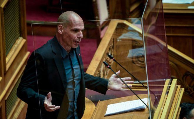 Ο Γιάννης Βαρουφάκης εκφωνεί το λόγο του στη Βουλή