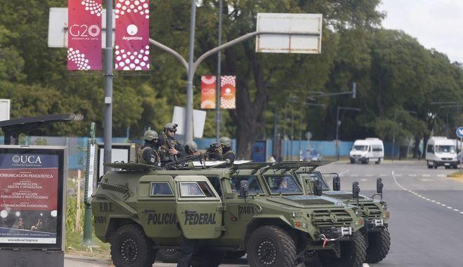 Στρατιώτες έξω από το κτίριο όπου λαμβάνει χώρα η συνεδρίαση της G20 στο Μπουένος Άιρες