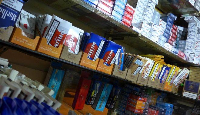 Περίπτερο στην πόλη των Τρικάλων το βράδυ της Τρίτης 3 Μαρτίου 2015.  Σύμφωνα με το Συνδικάτο Επαγγελματιών Περιπτερούχων Καπνοπωλών και Ψιλικών Ειδών Ν. Αττικής  έχουν μειωθεί δραματικά οι εισπράξεις του κράτους από τα τσιγάρα καθώς και τα έσοδα των ιδιοκτητών περιπτέρων που βρίσκονται - όπως λένε- σε απόγνωση. Το προσεχές διάστημα κατατίθεται τροποποίηση του θεσμικού πλαισίου για τα περίπτερα και τη διακίνηση καπνού. (EUROKINISSI/ΘΑΝΑΣΗΣ ΚΑΛΛΙΑΡΑΣ)