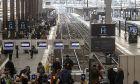 Ταξιδιώτες στην Γαλλία περιμένουν στην αποβάθρα