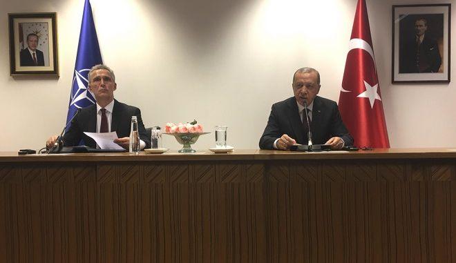 Οι Ρετζέπ Ταγίπ Ερντογάν και Γενς Στόλτενμπεργκ σε συνάντησή τους στις Βρυξέλλες τον Μάρτιο του 2020