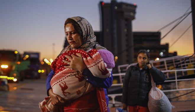 Μετανάστες και πρόσφυγες φτάνουν στο λιμάνι του  Πειραιά