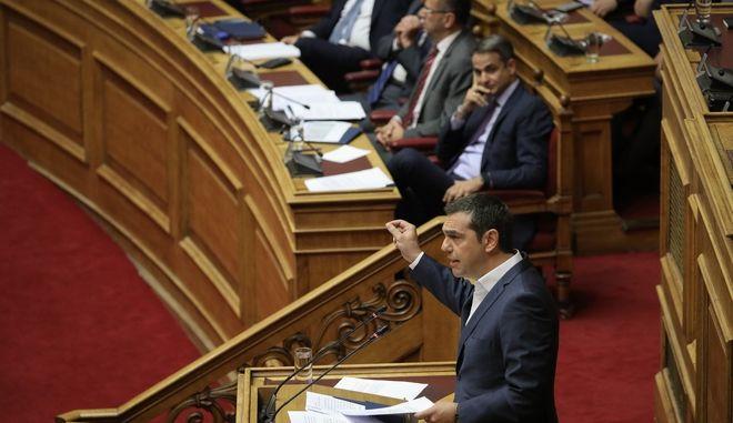 Ο Αλέξης Τσίπρας στο βήμα της Βουλής και στο βάθος ο Κυριάκος Μητσοτάκης