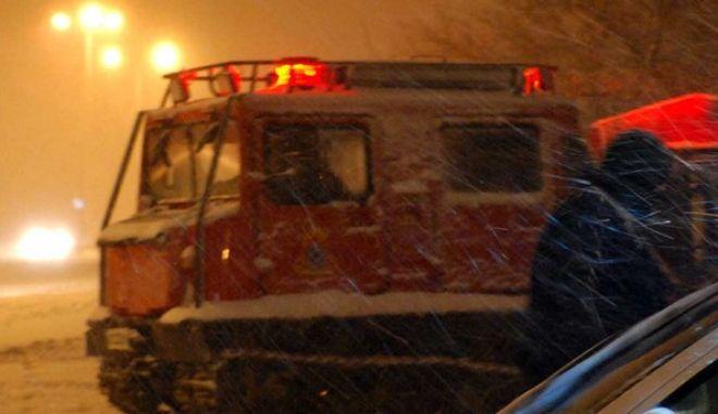 Ειδικό όχημα της πυροσβεστικής μέσα στα χιόνια