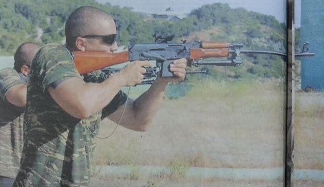 Αντιδράσεις για φωτογραφία του Ηλία Κασιδιάρη να σημαδεύει με όπλο