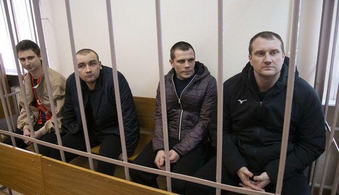 Ουκρανοί ναυτικοί από τα πλοία που κατασχέθηκαν στο περιστατικό στο Στενό του Κερτς σε δικαστήριο της Μόσχας τον Απρίλιο του 2019