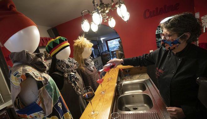 Βέλγιο-Lockdown: Ιδιοκτήτρια εστιατορίου σερβίρει σε κούκλες ως ένδειξη διαμαρτυρίας