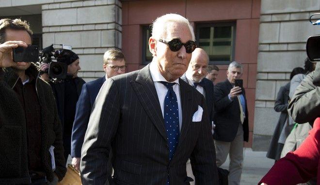 Ο πρώην σύμβουλος του Τραμπ, Ρότζερ Στόουν αποχωρεί από το ομοσπονδιακό δικαστήριο της Ουάσινγκτον
