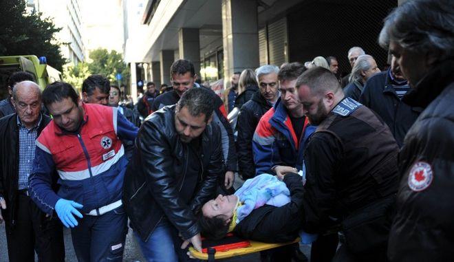 Γυναίκα μέλος της ΠΟΕΔΗΝ δέχεται τις πρώτες βοήθειες και μεταφέρεται με ασθενοφόρο του ΕΚΑΒ στο νοσοκομείο μετά την λιποθυμία της όταν οι αστυνομικοί των ΜΑΤ απώθησαν με τις ασπίδες τους τους εργαζόμενους μακρυά από την είσοδο του υπουργείου Οικονομικών, την Τετάρτη 2 Μαρτίου 2016. Οι εργαζόμενοι επιχείρησαν να μπουν στο κτίριο για να συναντηθούν με τον αναπληρωτή υπουργό Γιώργο Χουλιαράκη. Στο σημείο βρίσκονταν άνδρες των ΜΑΤ που απώθησαν τους συγκεντρωμένους. Η ΠΟΕΔΗΝ διαμαρτύρεται για το ασφαλιστικό και την υποστελέχωση των νοσοκομείων.  (EUROKINISSI/ΑΝΤΩΝΗΣ ΝΙΚΟΛΟΠΟΥΛΟΣ)