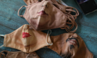 Καλλιτέχνης ζωγραφίζει μάσκες για όσους θέλουν να δείχνουν το πρόσωπό τους