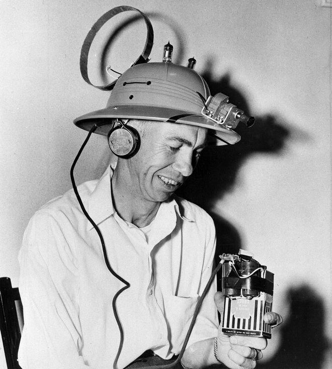 Ο μηχανικός Frank W. Elmore με το ραδιόφωνο- καπέλο. 1952.