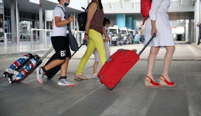 Άφιξη τουριστών στο αεροδρόμιο