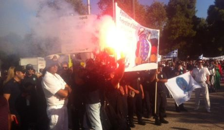 Με πυρσούς και συνθήματα η διαμαρτυρία των ένστολων στη Θεσσαλονίκη