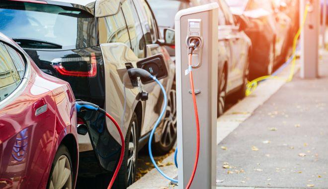 Αγγίζουν τις 8.000 οι αιτήσεις για επιδότηση ηλεκτρικών οχημάτων