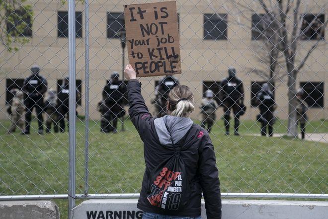 Διαδηλώσεις στη Μινεσότα - Για ανθρωποκτονία εξ αμελείας κατηγορείται η αστυνομικός που σκότωσε τον 20χρονο Ντόντε Ράιτ