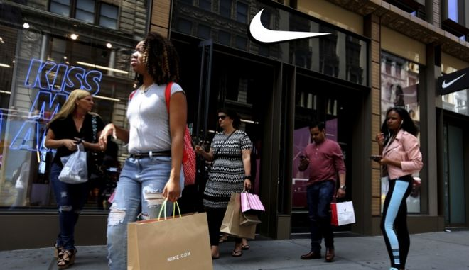 Καταναλωτές έξω από το Nike SoHo store της Νέας Υόρκης