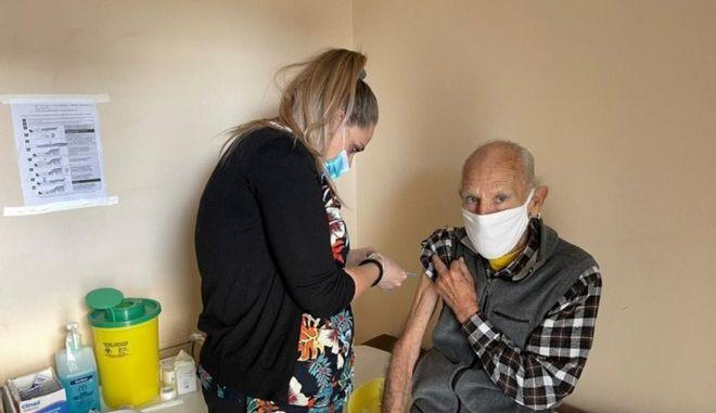 Στιγμιότυπα από τους εμβολιασμούς στα Κέντρα Υγείας