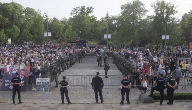 Διαδήλωση έξω από το κοινοβούλιο της Σερβίας μαζί με τους απεργούς πείνας (AP Photo/Marko Drobnjakovic)
