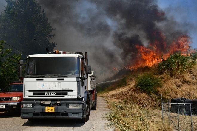 Μεγάλη φωτιά στην Πάτρα - Κάηκαν σπίτια, εκκενώθηκαν οικισμοί