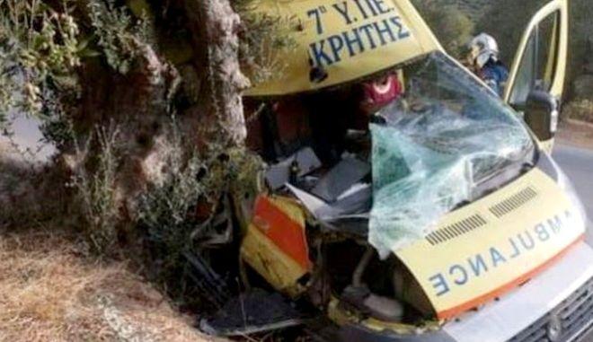 Τροχαίο στην Κρήτη: Ασθενοφόρο έπεσε πάνω σε ελιά
