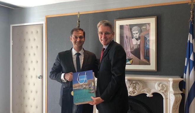 Ο υπουργός Τουρισμού Χάρης Θεοχάρης και ο Αμερικανός πρέσβης στην Ελλάδα Τζέφρι Πάιατ