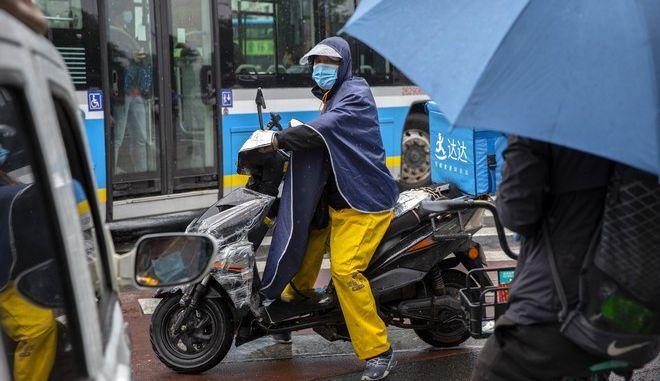 Άδρας σε μηχανάκι φοράει μάσκα για τον κορονοϊό, Κίνα