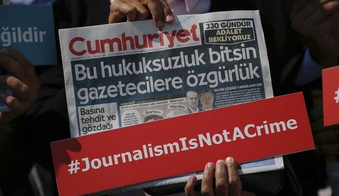 """Φυλάκιση σε 15 δημοσιογράφους της Cumhuriyet για """"τρομοκρατικές"""" δραστηριότητες"""