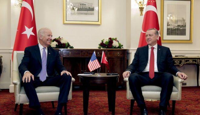 Ο Τζο Μπάιντεν(τότε αντιπρόεδρος των ΗΠΑ) σε συνάντησή του με τον Ρετζέπ Ταγίπ Ερντογάν