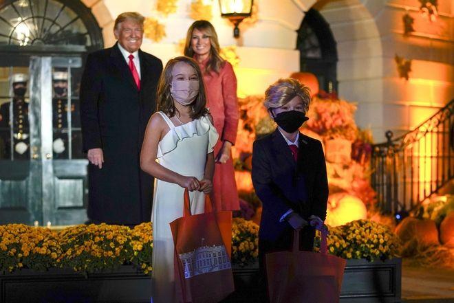 Ο Ντόναλντ Τραμπ και η σύζυγός του Μελάνια γιορτάζουν στον Λευκό Οίκο το Halloween