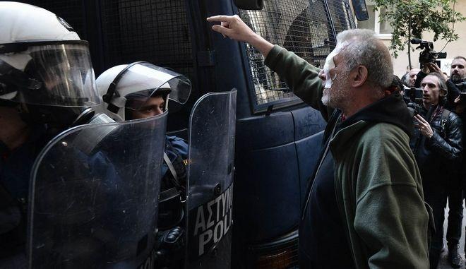 ΕΣΗΕΑ: Δημοσιογράφος τραυματίστηκε από αστυνομικούς την ώρα που κάλυπτε τους πλειστηριασμούς