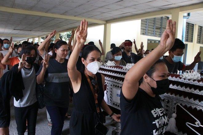 Πολίτες της Μιανμάρ στην κηδεία θύματος