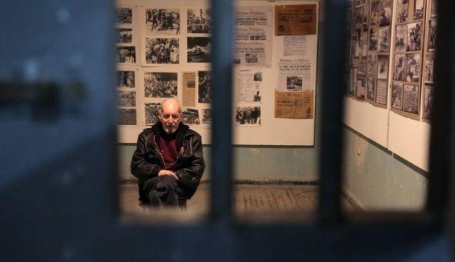 Ο Περικλής Κοροβέσης επιστρέφει στο κελί των βασανιστηρίων