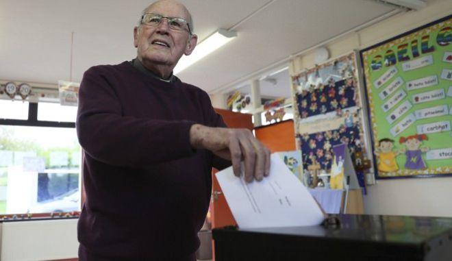 Καθολικός ιερέας ψηφίζει στο δημοψήφισμα για τις αμβλώσεις